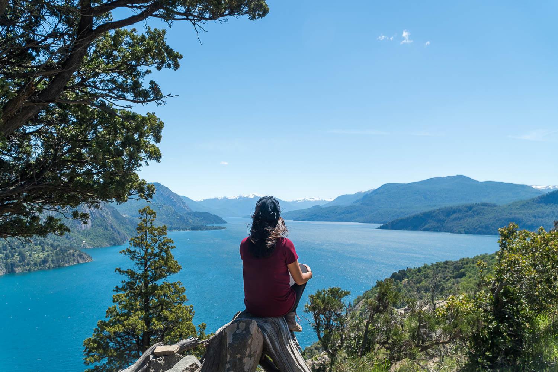 Foto da Dri em um dos mirantes observando o Lago Lácar - San Martin de Los Andes Argentina