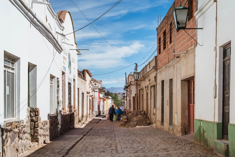 O que fazer em Jujuy - casal andando pelas ruas