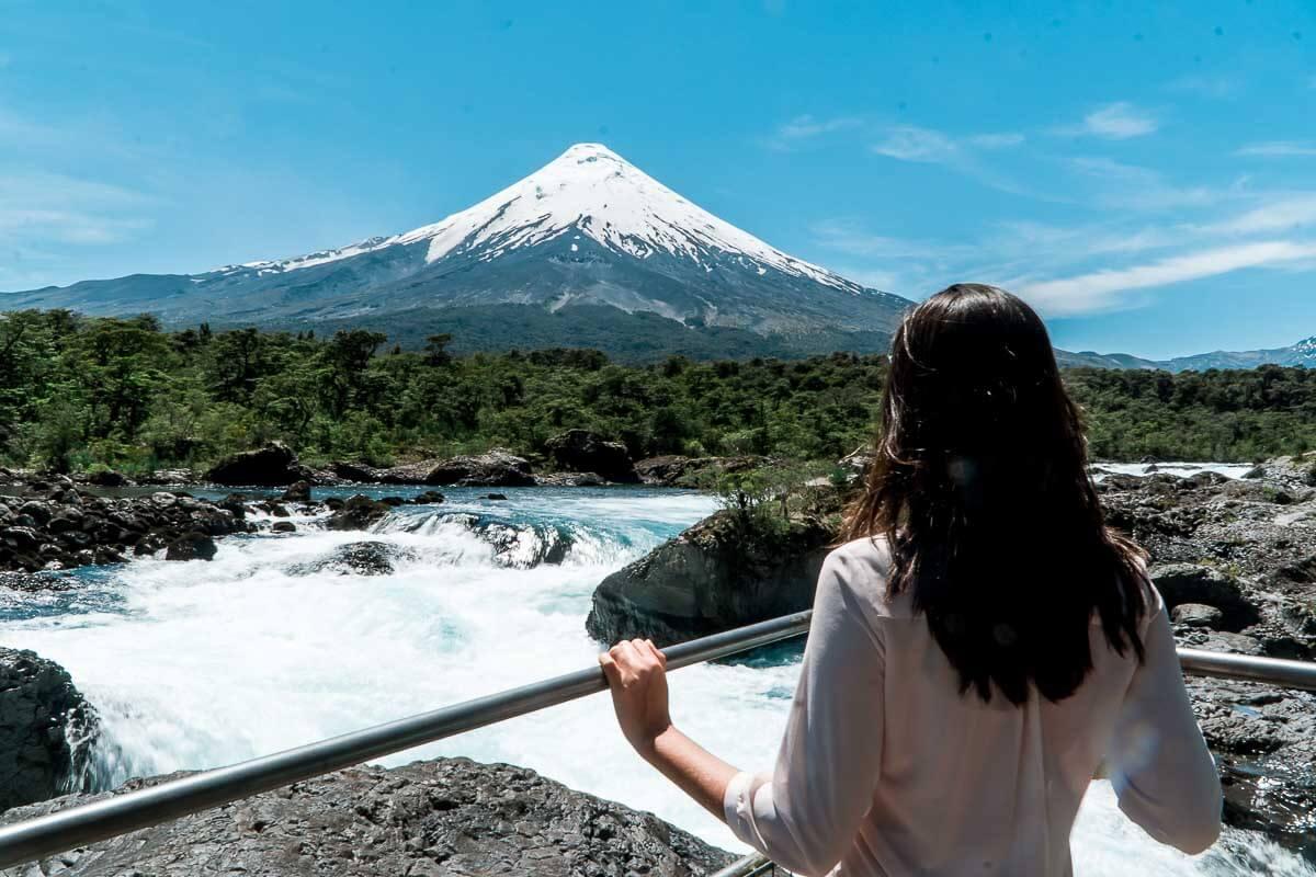 O que fazer em Puerto Varas - Dri olhando o vulcão